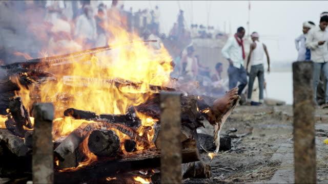 vídeos y material grabado en eventos de stock de cremacion fuego con cuerpo a leña. - árboles genealógicos