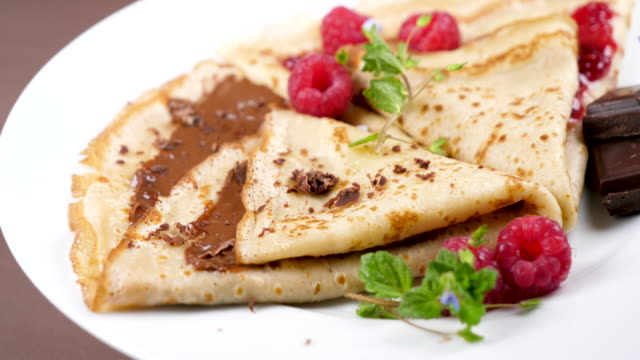 crepe with chocolate and raspberry jam - cucina francese video stock e b–roll