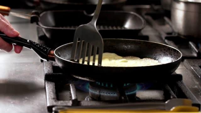 naleśniki na patelni - szpatułka przybór do gotowania filmów i materiałów b-roll