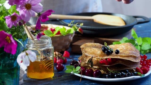 クレープに新鮮なベリー - フランス料理点の映像素材/bロール