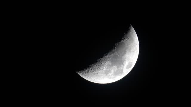 crescent moon or half moon on dark black night - полумесяц форма предмета стоковые видео и кадры b-roll
