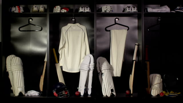 vídeos y material grabado en eventos de stock de cricket armario y vestidor-dolly hd (deporte uniformes) - críquet