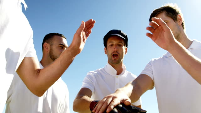 Match de joueurs de cricket formant une pile de main au cours de cricket - Vidéo