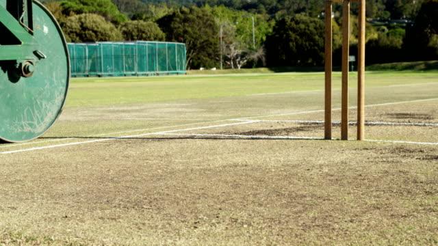 Rouleau de cricket utilisé pour préparer le terrain au cricket ground - Vidéo