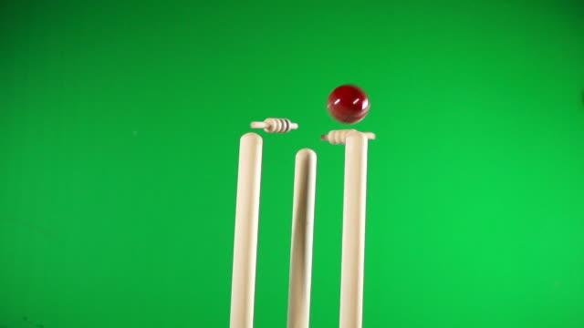 vídeos y material grabado en eventos de stock de cricket wickets lanzada hacia fuera - blanco tocones, intermitente fianzas verde pantalla de croma key - críquet