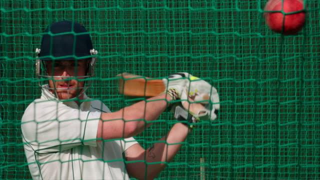 Un bateador de críquet golpear la bola en cámara lenta. - vídeo