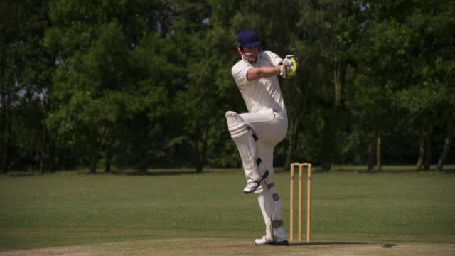 vídeos y material grabado en eventos de stock de un batsman juega el cricket golpea la bola en cámara lenta. - críquet