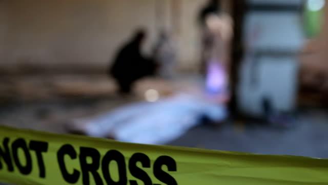 vidéos et rushes de enquêtes en mouvement - meurtre
