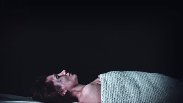 vídeos y material grabado en eventos de stock de 4k morgue muertos de la delincuencia, cuerpo medio cubierto, dolly - autopsia