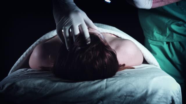 vídeos y material grabado en eventos de stock de 4k delito tanatorio funeraria examen de cadáver - autopsia