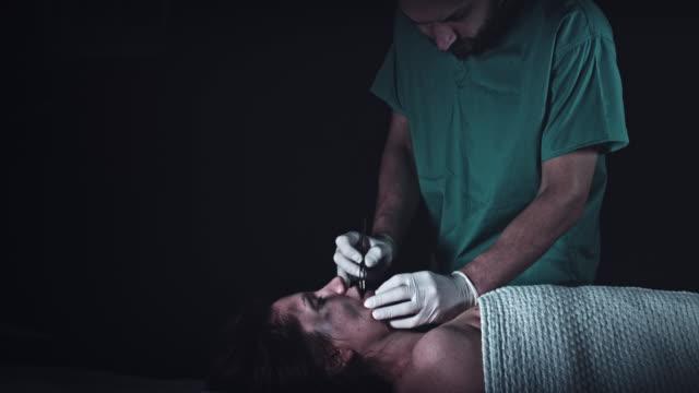 vídeos y material grabado en eventos de stock de 4k delito tanatorio funeraria examinar pruebas de cadáver - autopsia