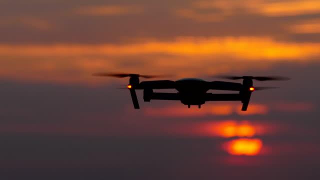 purpurroter sonnenuntergang, ein hubschrauber fliegt vor dem hintergrund und in der ferne verschwindet - entfernt stock-videos und b-roll-filmmaterial