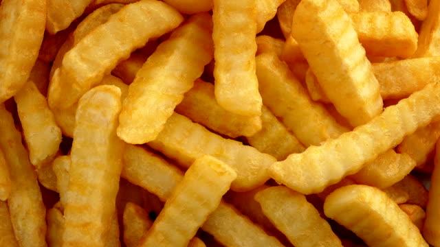 vídeos de stock, filmes e b-roll de dobra-corte batatas fritas - junk food
