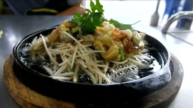 krispig friterad mussla pannkakor på fräsande tallrik - böngrodd bildbanksvideor och videomaterial från bakom kulisserna
