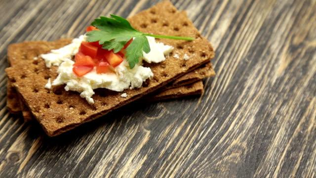 knäckebrot mit weichem cottage-käse und rote paprika - vollkorn stock-videos und b-roll-filmmaterial