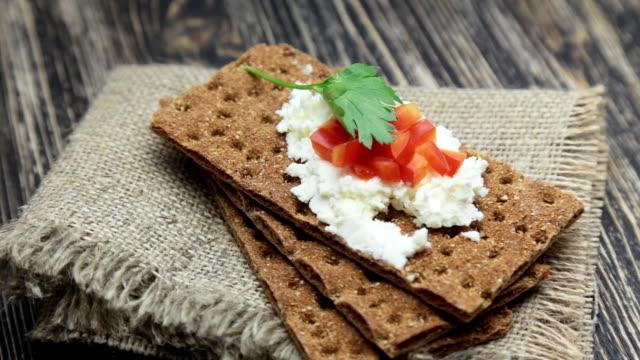 vídeos de stock, filmes e b-roll de bolacha integral macio com queijo cottage e pimentão vermelho - antepasto