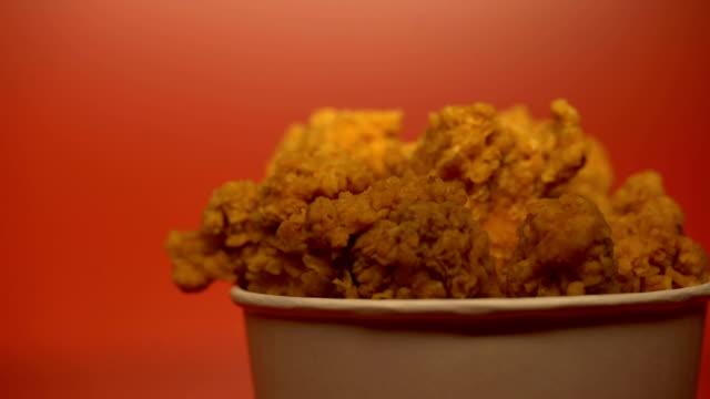 vidéos et rushes de croustillant frit ailes de poulet, réutilisables de rôtissage et saturés graisses, risque de cancer - croustillant