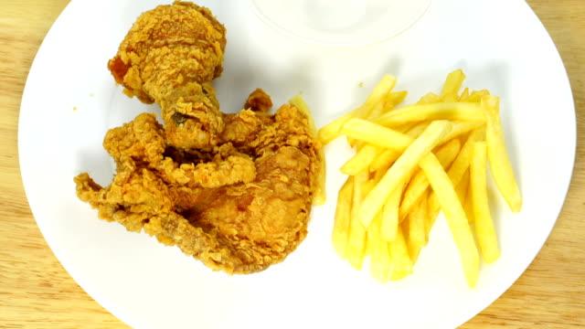 vídeos de stock, filmes e b-roll de frango frito crocante com batatas fritas e ketchup - junk food