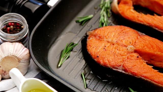 vídeos y material grabado en eventos de stock de filete de salmón asado crujiente - alimentos cocinados