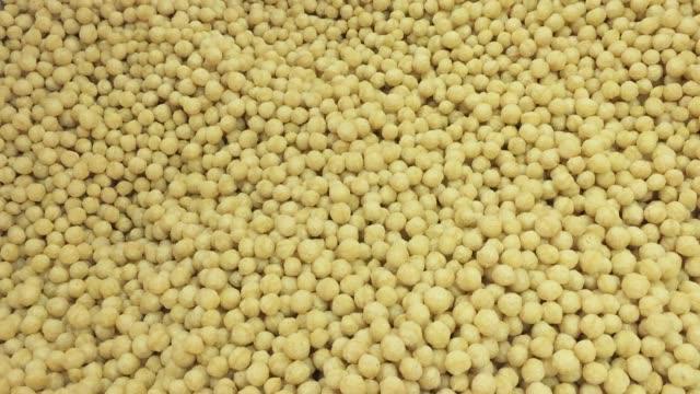 crispy snack cereal puffs - sciroppo video stock e b–roll