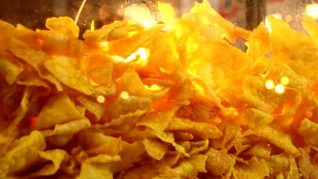 vidéos et rushes de wonton croustillant en verre armoire, thai rue des aliments - croustillant