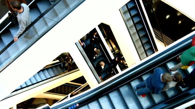Criss Cross Rolltreppen im modernen Einkaufszentrum (4 k UHD zu/HD) – Video