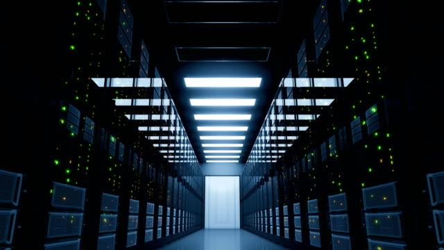 stockvideo's en b-roll-footage met kritische blackout in de serverruimte. elektriciteit mislukking in moderne datacenter cloud computing. - datacenter