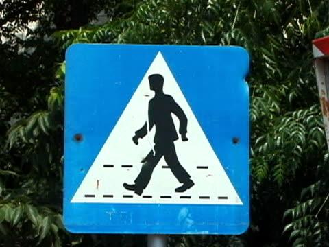 croatia: crosswalk / pedestrian crossing road sign - 10 saniyeden daha kısa stok videoları ve detay görüntü çekimi