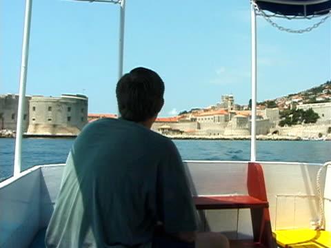 croatia: dubrovnik walled city from boat - 10 saniyeden daha kısa stok videoları ve detay görüntü çekimi