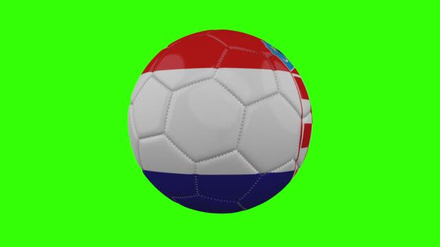 vídeos de stock, filmes e b-roll de bandeira croata na bola gira em fundo alfa verde transparente, loop - futebol internacional
