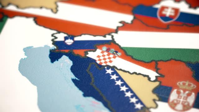 vídeos de stock, filmes e b-roll de croácia, com a bandeira nacional no mapa do mundo - sérvia