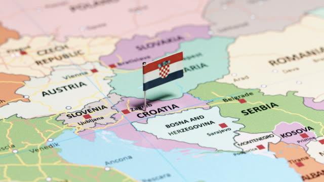 vidéos et rushes de croatie avec drapeau national - épingle