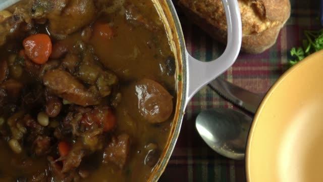 vídeos y material grabado en eventos de stock de crock pot guiso con carne, frijoles y verduras - comida francesa