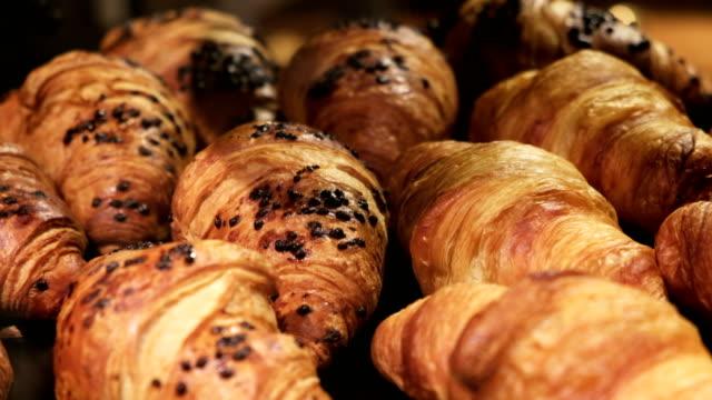 Croissant. Produits de boulangerie de France petit déjeuner - Vidéo