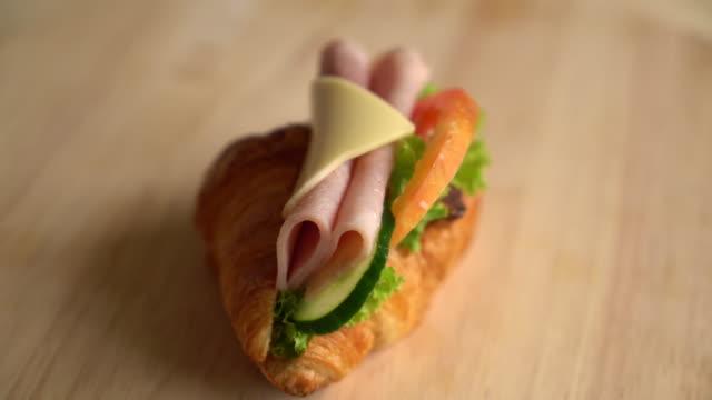 croissant skinka ost - cheese sandwich bildbanksvideor och videomaterial från bakom kulisserna