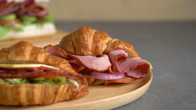 vídeos de stock e filmes b-roll de croissant sandwich ham - sanduíche