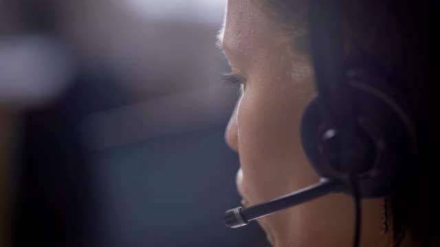 kırpma görüntüsünü desteği merkezi asistanı olarak çalışan kulaklıklar kullanan kadın - kesit stok videoları ve detay görüntü çekimi