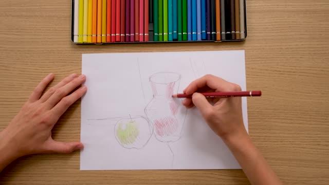 vidéos et rushes de culture dessin d'artiste méconnaissable avec crayon sur papier au travail - pots de bureau
