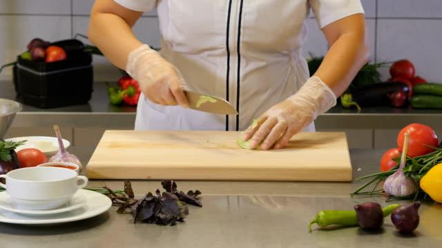 crop woman chopping cabbage head - crucifere brassicali video stock e b–roll