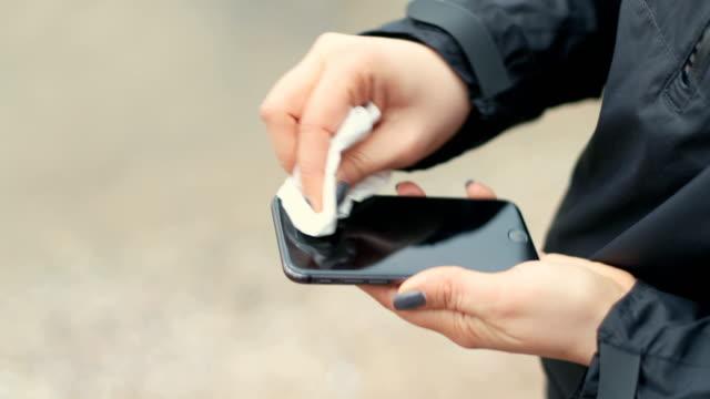 一個無法辨認的女人正在清洗她的設備螢幕的裁剪照片 - 水平面角度 個影片檔及 b 捲影像