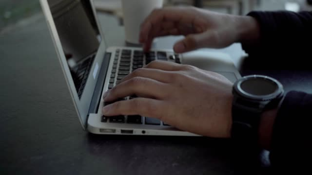 vídeos de stock e filmes b-roll de cropped shot of man typing on laptop computer - esplanada portugal