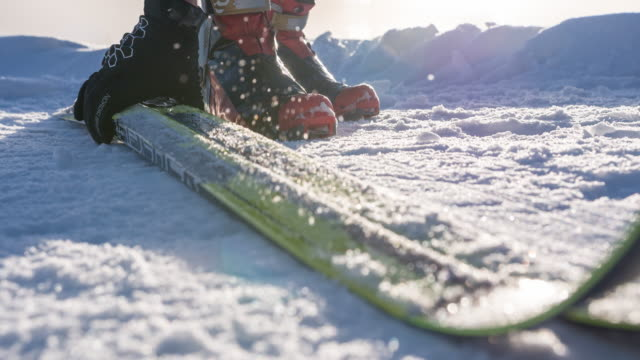 korsa längdskidåkare plocka upp och bära sportutrustning - vintersport bildbanksvideor och videomaterial från bakom kulisserna