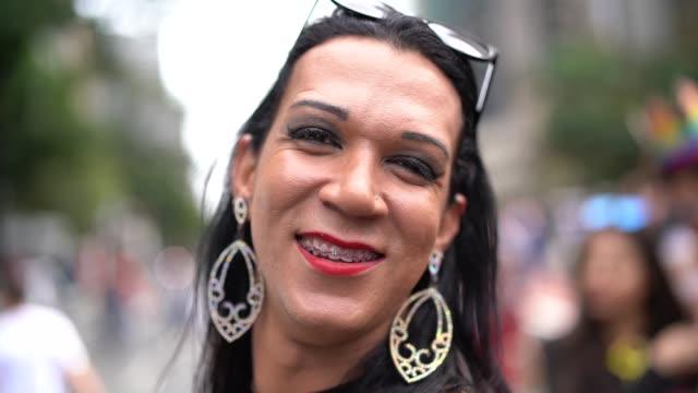 vídeos de stock, filmes e b-roll de atravessar o homem vestir-se vestindo como mulher - etnia