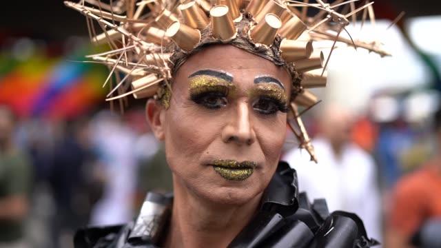 stockvideo's en b-roll-footage met cross dressing man dragen als vrouw - drag queen
