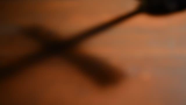 vídeos de stock, filmes e b-roll de cruz da sombra em cima da mesa, foco de cremalheira - primeira comunhão