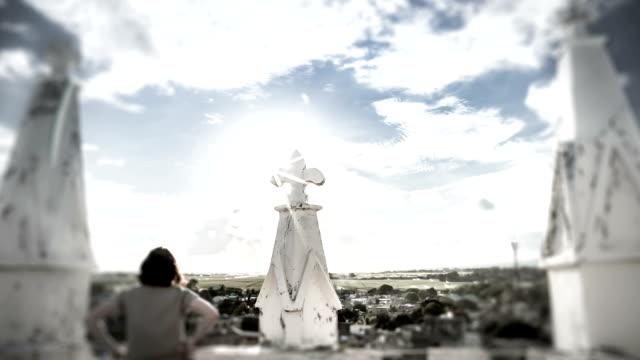 vídeos de stock e filmes b-roll de mauritian igreja com cruz na mulher - climate clock