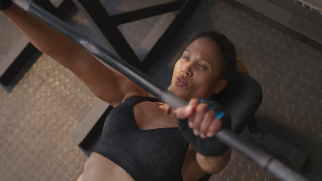 cross training at a gym - reggiseno sportivo video stock e b–roll