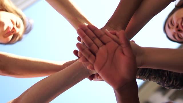 korsade händer människor i olika färger, flera ras grupp människor, stöd och solidaritet i rörelsen mot rasism, . interrasial grupp av deltagare - etnicitet bildbanksvideor och videomaterial från bakom kulisserna