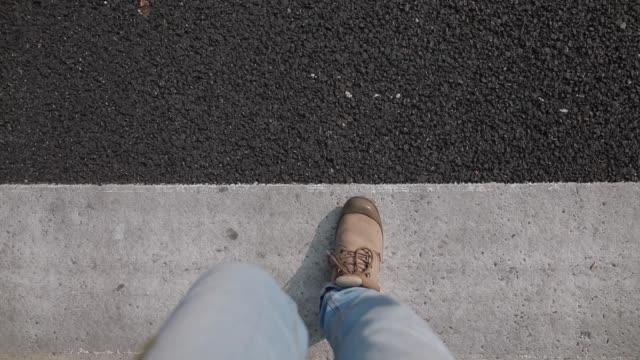 stadtstraße überqueren auf fußgänger-zebrastreifen - überweg warnschild stock-videos und b-roll-filmmaterial