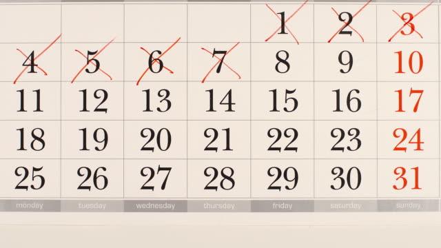 vídeos de stock, filmes e b-roll de vista superior: riscando um números em um calendário - stop motion - calendário